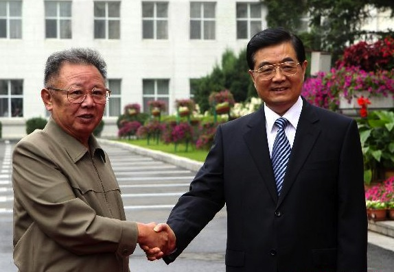Chinese President Hu Jintao (R) meets with Kim Jong Il, top leader of the Democratic People's Republic of Korea (DPRK), in Changchun, capital of northeast China's Jilin Province, Aug. 27, 2010. [Xinhua]