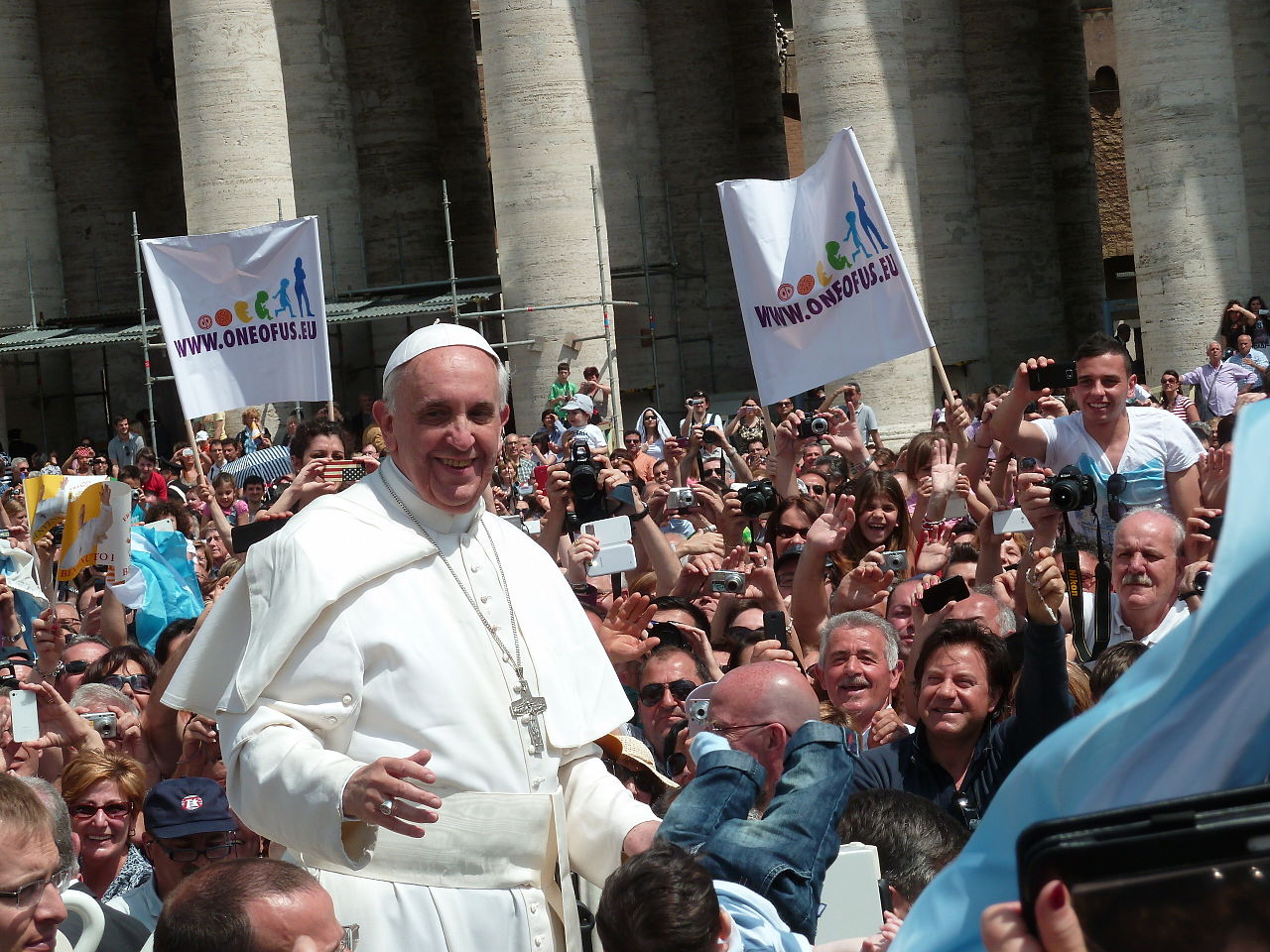 1280px-Pope_Francis_among_the_people_at_St._Peter's_Square_-_12_May_2013